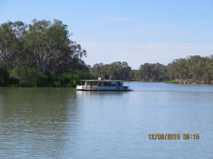 A passing house boat at the Renmark Caravan Park